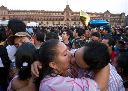 mexicains s'embrassant place zocalo a mexico